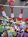Detalle de la ofrenda floral a las víctimas del atentado de Westminster de 2017.jpg