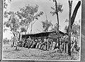 Een eenheid soldaten met bepakking bij een schuur, Bestanddeelnr 935-3348.jpg