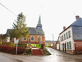 Le centre du village : mairie, monument aux morts & église.