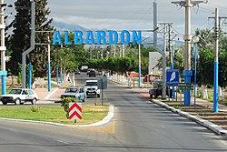 Entrada a la ciudad de Albardón (11426655164).jpg
