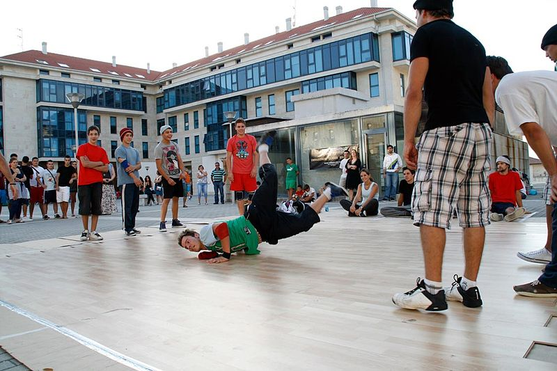 File:Exhibición de Breakdance - Vella Escola.jpg