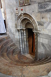 Exit from the Grotto of the Nativity 2010 2.jpg