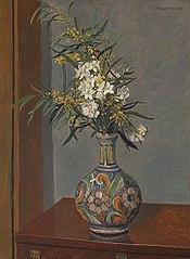 Fleurs blanches dans un vase décoré