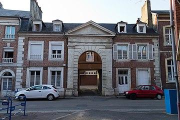 Façade de la maison au 16 rue du Docteur Degrenne (Lisieux, Calvados, France).jpg
