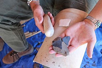Knapping - Flintknapping a stone tool