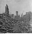 Fotothek df ps 0000098 001 Blick über einen Trümmerschuttberg gegen die Ruine de.jpg