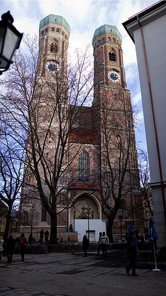 File:Frauenkirche Muenchen 20131228.jpg