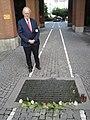 Fritz Hilpert am Mahnmahl von Georg Elser in München.jpg