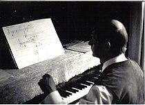 Gerhard Lampersberg 1968 beim komponieren (Privatfoto Renate Spitzner).jpg
