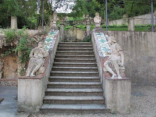 Giardino Bardini, statua reclinata e scala