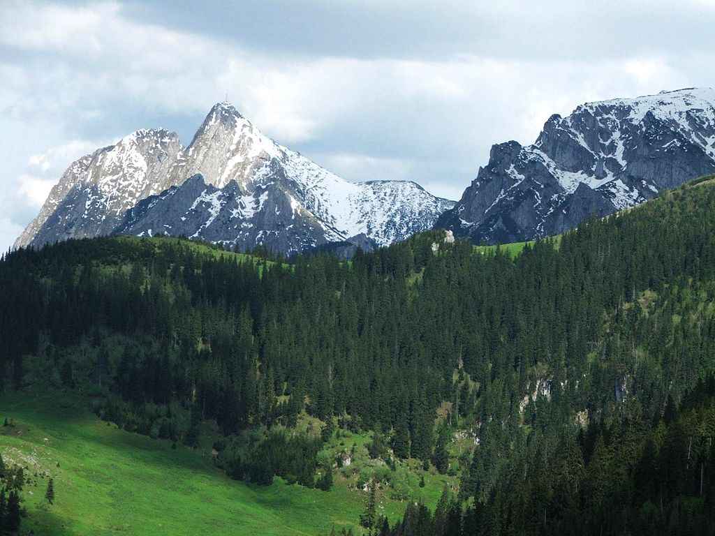 Vue sur le mont Giewont et sur le mont Wielka Turnia dans le Parc National des Tatras. Photo de Jerzy Opioła.