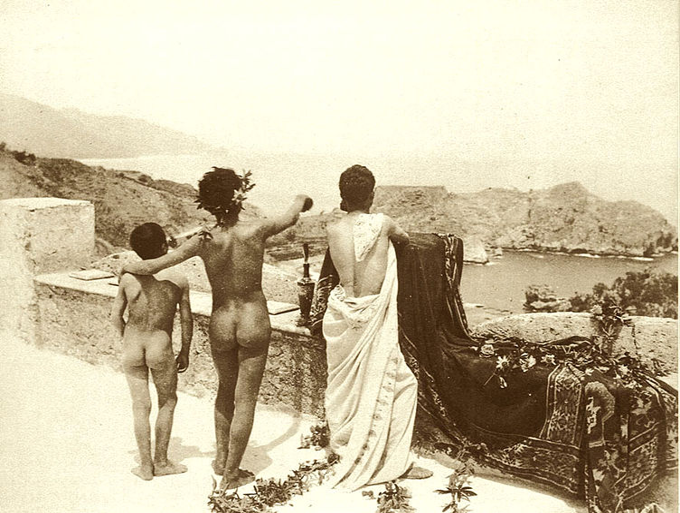 File:Gloeden, Wilhelm von (1856-1931) - n. 0074 - 1904 - La terrazza di Taormina - f bn sc Puig p. 40.jpg