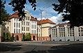 Gmach szkoły od strony boiska róg Jagiellońskiej i Okrzei.jpg