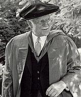 Guberniestro-Ĝenerala Roland Michener ĉe Alma College lernofinaj ceremonioj 1972 (kultivaĵo).jpg