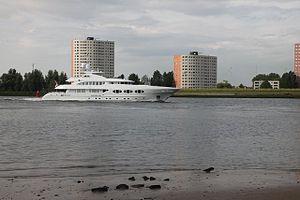 Groot jacht in de maas bij Hoogvliet.JPG