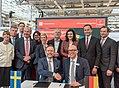 Gruppenbild Unterzeichnung des Partnerlandvertrags 2019 mit Schweden durch Fredrik Fexe und Marc Siemering auf der Hannover Messe 2018 00.jpg