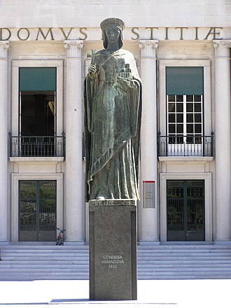 Statue of Mumadona Dias, in front of the city court Guimaraes Mumadona Dias.jpg