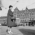 HUA-150060-Afbeelding van een wachtende reizigster en een tram op het Stationsplein voor het N.S-station Amsterdam C.S. te Amsterdam .jpg