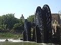 Hama, Norias (hölzerne Schöpfräder) schaufeln quietschend das Wasser aus dem Orontes in die Aquädukte (38650889616).jpg