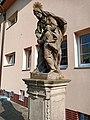 Hořín, socha u školy.jpg