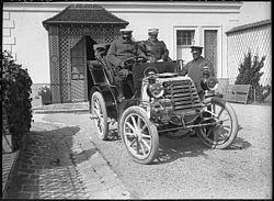 Hommes dans une automobile par Lucien Roy 1901 sap01 10l08655 v.jpg