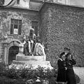 Jókai Mór szobra (Berecz Gyula, 1937.) a Duna Menti Múzeum (Kultúrpalota) előtt. Fortepan 55802.jpg