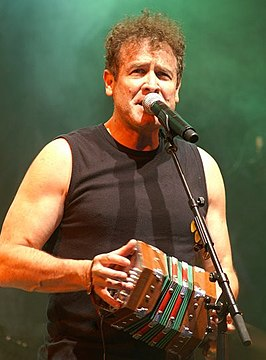 Johnny Clegg met concertina, 2009