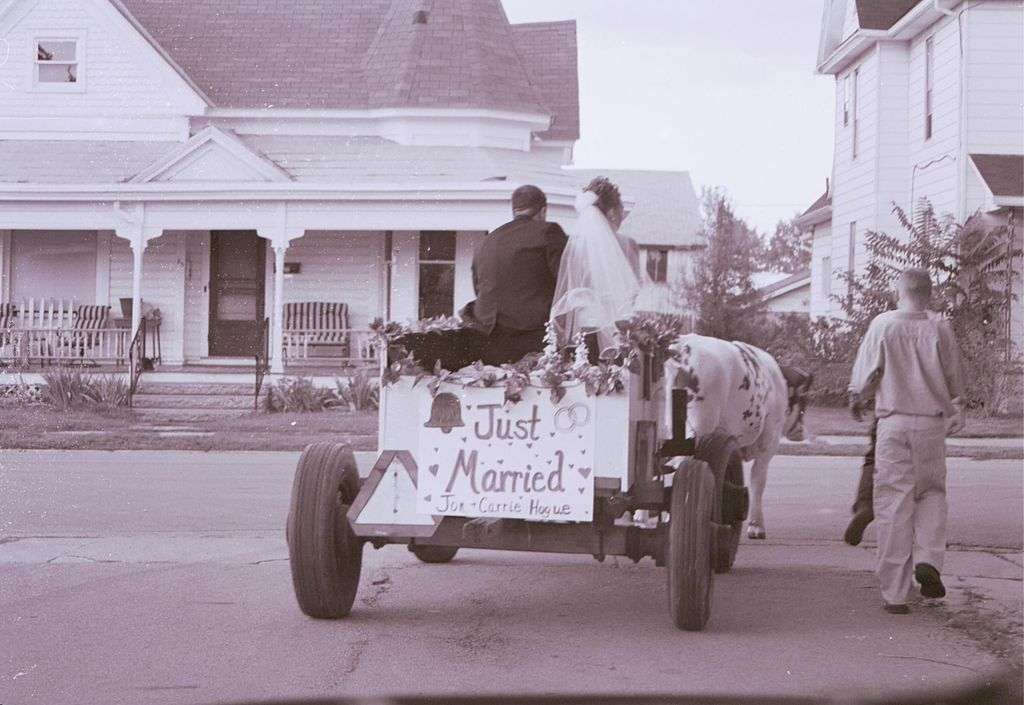 Just married sign on cart