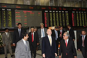 Pakistan Stock Exchange - UK's Foreign Secretary William Hague rings the closing bell at the Karachi stock exchange