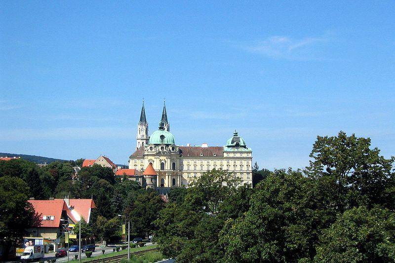 Datei:Klosteranlage vom Essl-Museum gesehen.jpg
