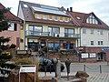 Krokusbrunnen, 2005 erfolgte eine grundlegende Umgestaltung des Marktplatzes. Im Zuge dieser Neugestaltung wurde von Albert Spindler der Krokusbrunnen geschaffen. - panoramio.jpg