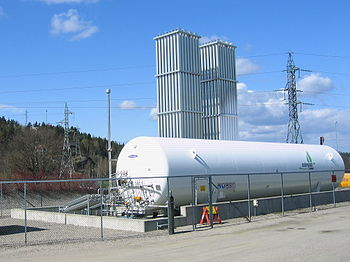 English: A LNG installation supplying a nearby...