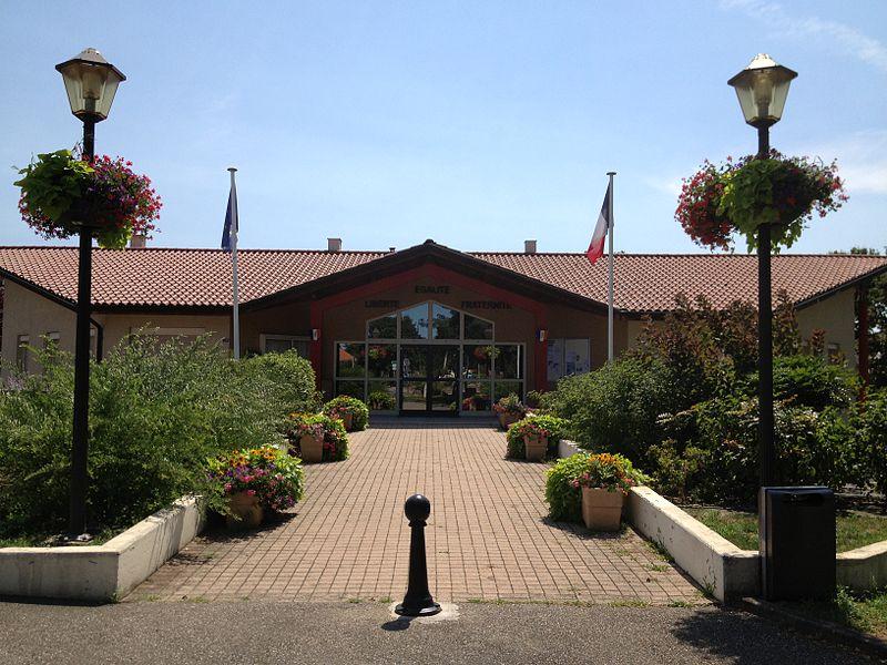 La mairie de Béligneux située dans le hameau de La Valbonne; la précédente mairie était dans le village-même de Béligneux.