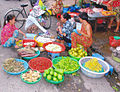 Markt in Vietnam a lot of fruits and fish.jpg