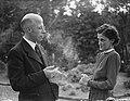 Minister L.J.M. Beel met echtgenote in de tuin van hun woonhuis te Wassenaar, Bestanddeelnr 901-8357.jpg