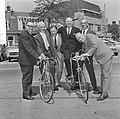 Minister Opperman in Nederland, hier met oudwielrenners v.l.n.r. Pijnenburg, Ble, Bestanddeelnr 917-8336.jpg