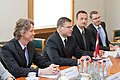 Ministru prezidents Valdis Dombrovskis tiekas ar Lielbritānijas un Ziemeļīrijas Apvienotās Karalistes tirdzniecības un investīciju valsts ministru lordu Stīvenu Grīnu (7364501072).jpg