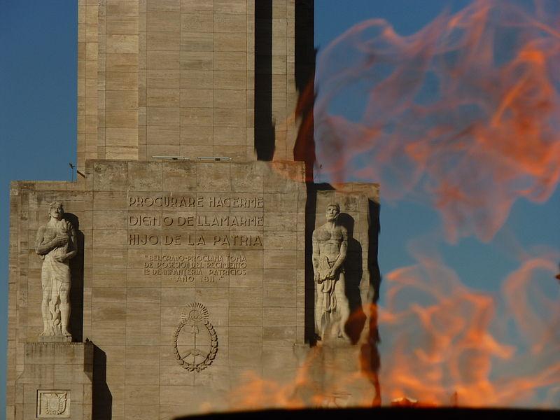 Monumento a la Bandera en Rosario y llama votiva