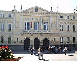 Edificio de la Ilustre Municipalidad de Santiago. Aunque originalmente era la encargada de la administración de toda la ciudad, desde 1891 sus competencias se limitó al casco antiguo de la ciudad debido a la creación de nuevas entidades territoriales.