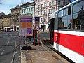 Náměstí Kinských, dočasná tramvajová výstupní zastávka s tramvají.jpg