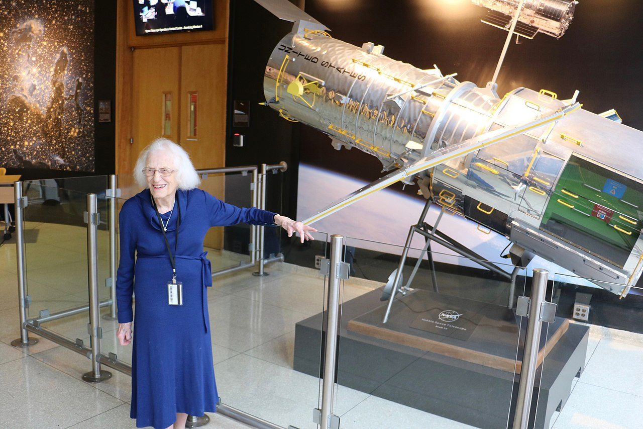 Nancy Roman junto a un modelo a escala del Hubble