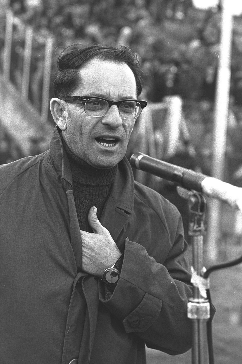 נחמיה בן אברהם משדר משחק ידידות בין נבחרות ישראל והולנד, 26 בינואר 1965