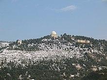 Vue de l'observatoire de Nice en haut de sa colline enneigée.