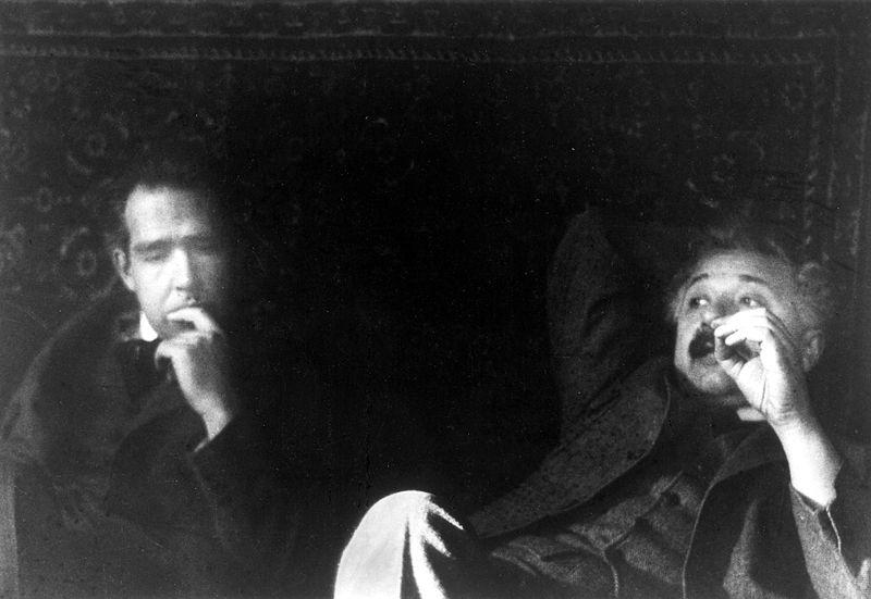 Нильс Бор и Альберт Эйнштейн беседуют о квантовой механике. 1925