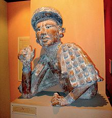 Scultura maya raffigurante un uomo con in mano della pasta di cacao
