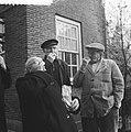 Ouden van dagen in de Roeterstraat keuren de oliebollen voor oudjaar, Bestanddeelnr 911-9234.jpg