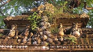Naguleswaram temple - Image: Overgrown Statues