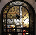 Palazzo pucci, corpo centrale, scale, grata con stemma pucci 02.JPG