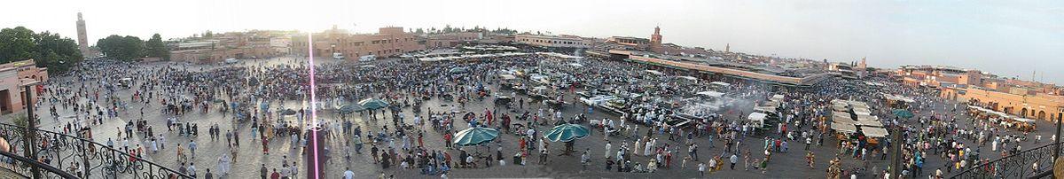 صورة لساحة جامع الفنا أثناء الغروب. جامع الكتبية يظهر في أقصى اليسار. السوق التقليدي يوجد في الممشى خلف الساحة