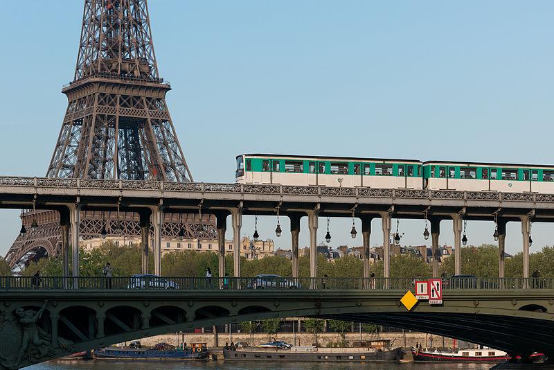 Vista da Torre Eiffel desde a linha 6 do metrô